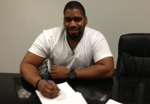 Walker signs his contract. -raiders.com